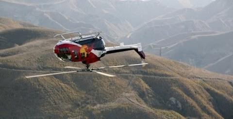 Piloto de helicóptero faz acrobacias estonteantes