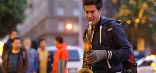 """Músico de Rua faz interpretação brutal de """"Let her go"""""""