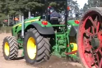 Trator da última geração vs trator a vapor