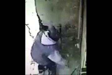 Vejam o que este homem fez para se livrar de pessoas que urinavam na sua entrada