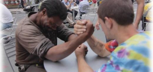 Braço de ferro entre 2 sem abrigo por $100 termina de forma inesperada