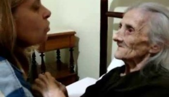 Filha que cuida da mãe com Alzheimer está a comover a internet