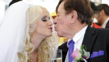 Modelo da Playboy casa com homem de 81 Anos