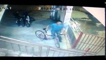 Ladrão tenta roubar bicicleta e leva carga de porrada