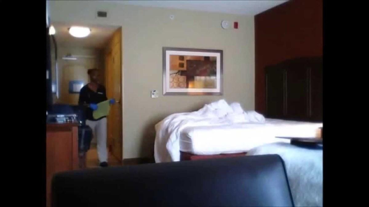 Cliente coloca câmara a gravar em quarto de hotel
