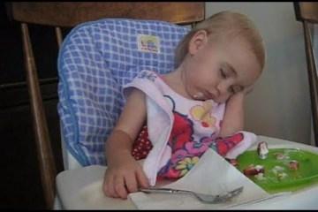 Bebés, a tentarem ficar acordados
