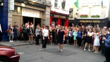 Taxista dança com mulher na rua