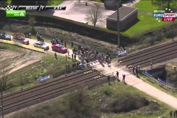 Ciclistas arriscam-se a ser abalroados por um.. Comboio!