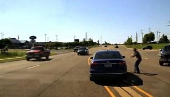 Homem salta para dentro de carro em andamento para salvar condutor