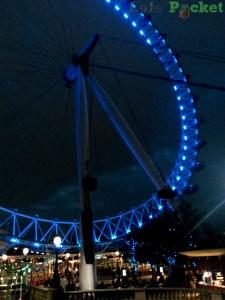 A Roda do Milênio (vulgo London Eye) acesa mais de noite
