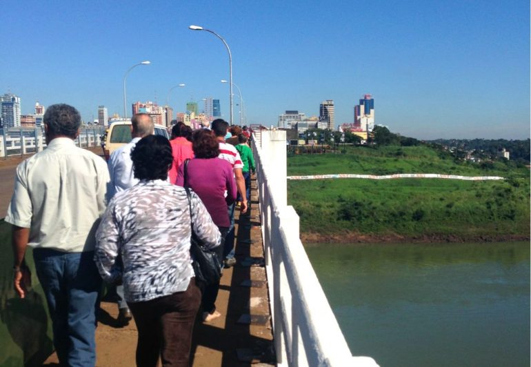 Travessia a pé - Compras no Paraguai