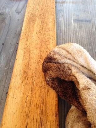 Applicazione del caffè sul legno
