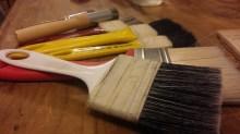 Trinchas e brochas utilizadas na higienização dos livros.