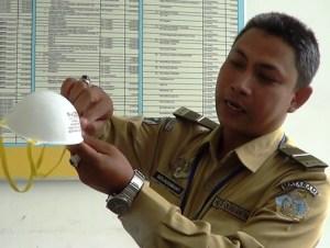F-petugas menunjukan masker cegas penularan mers (1)