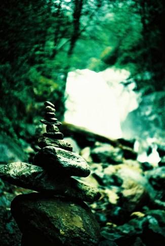 Steinmännchen am Wasserfall