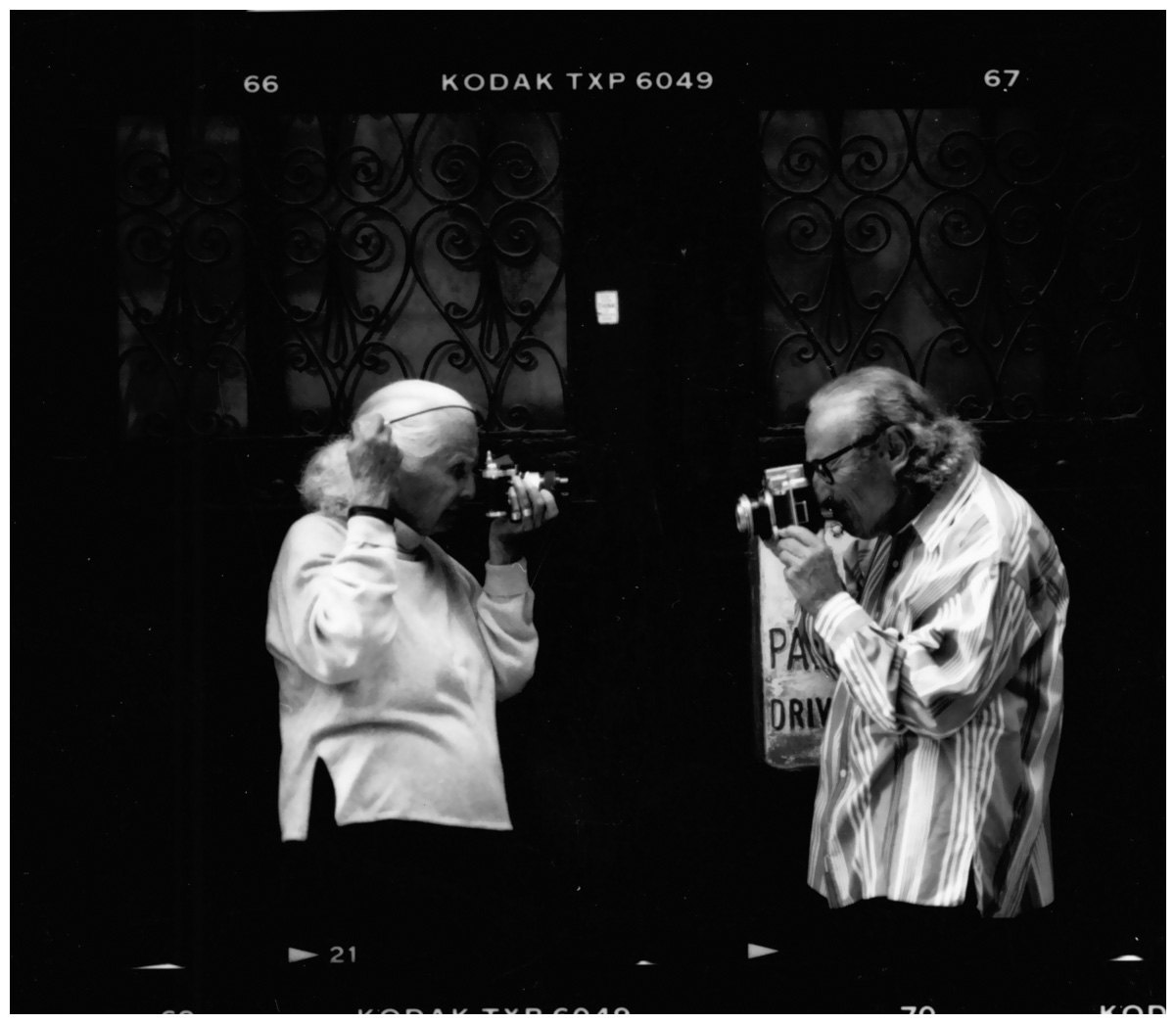 "Lillian Bassman und Paul Himmel vor ihrem Haus in New York, 2003, aus der Ausstellung ""Lillian bassman & Paul Himmel"" in den Deichtorhallen Hamburg (26. Nov. 20009 - 21. Feb. 2010)"