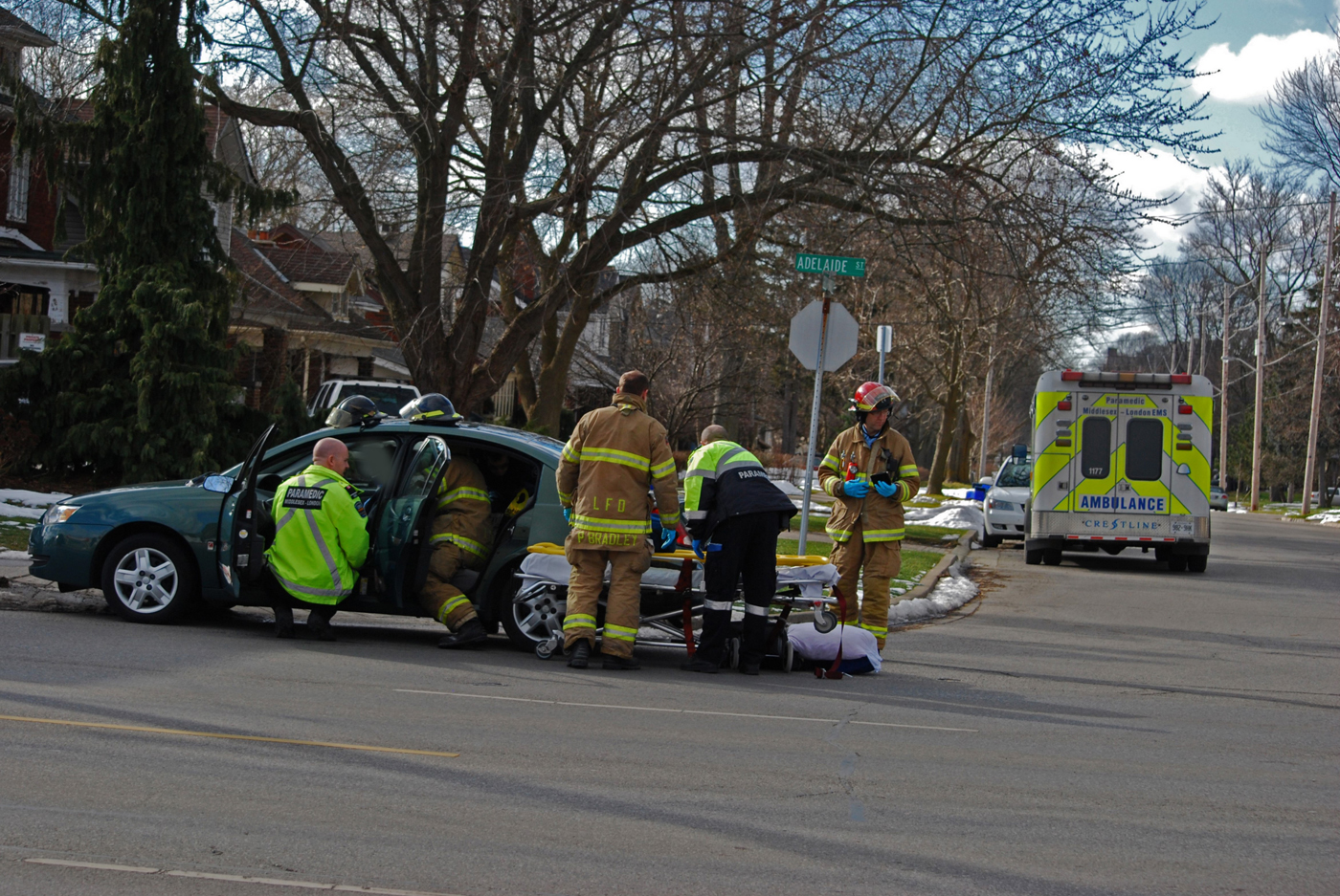 MVC on Adeliade with E4 attending patients with EMS