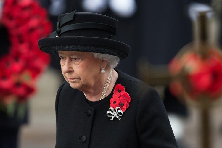 Por que os ingleses usam uma flor vermelha na roupa?