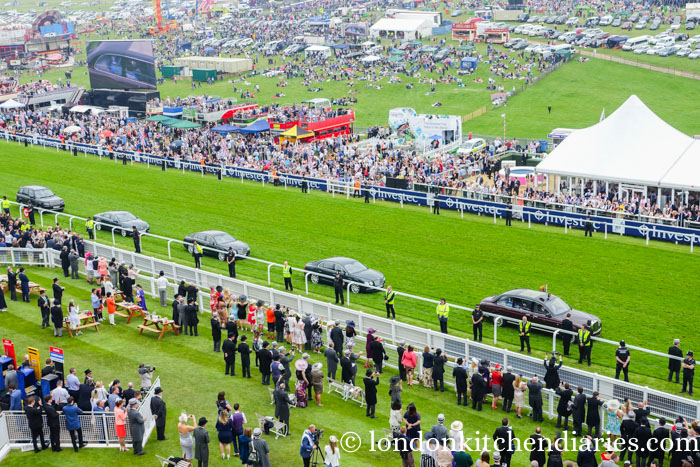 Epsom Derby Queen's arrival 2016