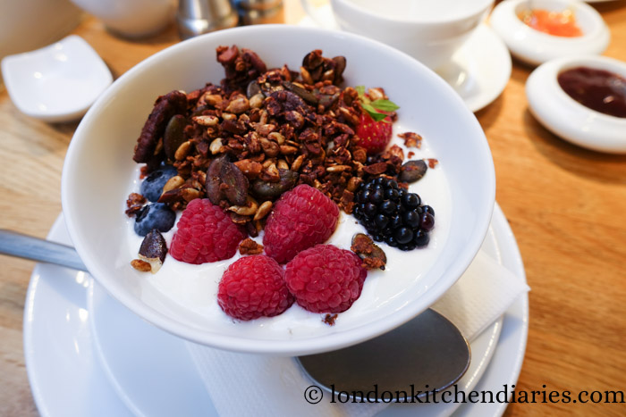 Yogurt and granola at Claus - La Table du Petit-Déjeuner Paris