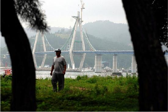 Sorokdo bridge - by Seokyong Lee for The New York Times
