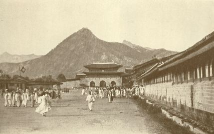 The Gwanghwamun dominated the Seoul skyline in the late Joseon dynasty