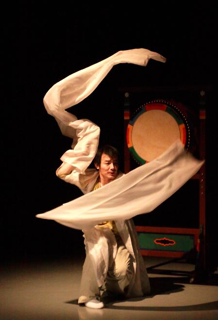 Yi Chuljin rehearses the Seungmu