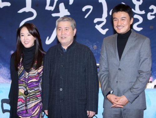 Kang Soo-yeon and Park Joong-hoon with director Im Kwon-taek