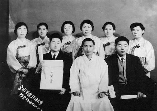 Hwang Byungki (left of centre) with Kim Yun-deok (centre) in 1957