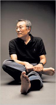 Hwang Sok-yong. Photo credit: NY Times / Park Jae-Hong
