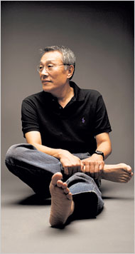 Hwang Sok-yong. Photo credit: NY Times / Park Jae-Hong