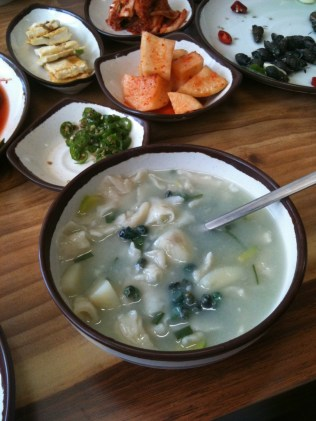Daseulgi in a broth with sujebi (수제비) dumplings