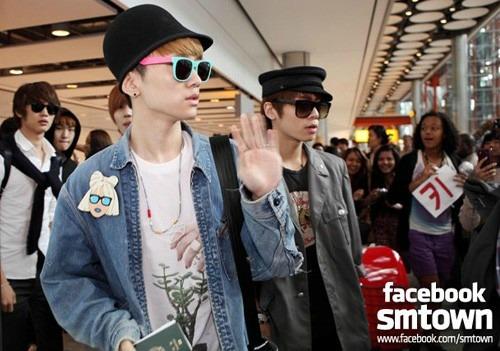 SHINee arrive at Heathrow