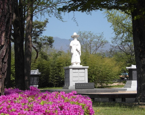 Nammyung's statue in the grounds outside his memorial hall