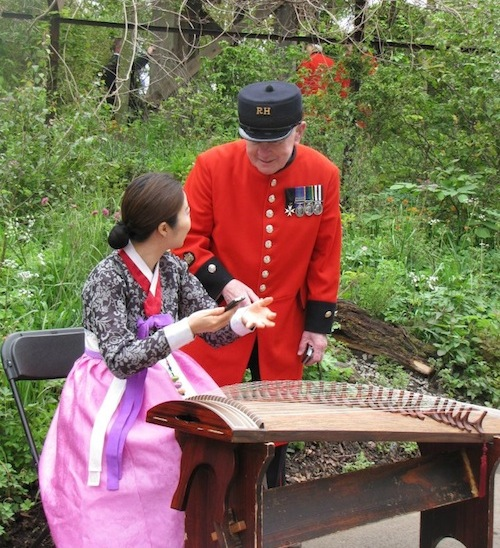 A Chelsea Pensioner gets a kayageum lesson