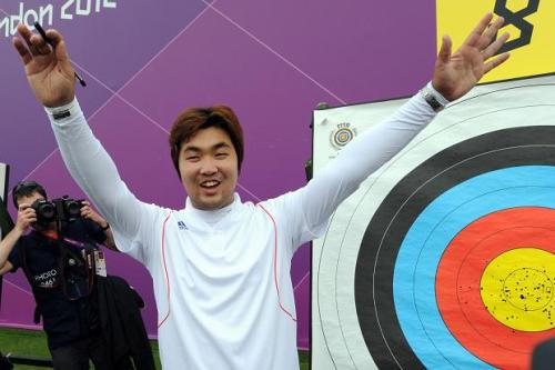 Im Dong-hyun celebrates his world record