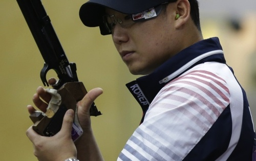 Jin Jong-oh with air pistol