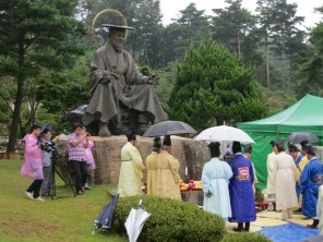 The statue of Yu Ui-tae watches over the ceremony in his honour