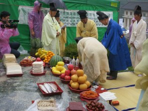 Sweets, fish and fruits are laid out for Yu Ui-tae