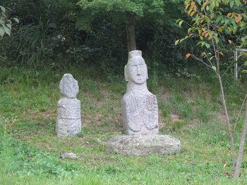Stone buddhas at Unjusa
