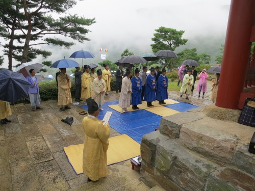 Low cloud shrouds the slopes of Wangsan