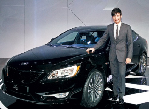 Lee Byung-hun promoting the Kia K7 at an event in October 2009 (source: Chosun Ilbo)