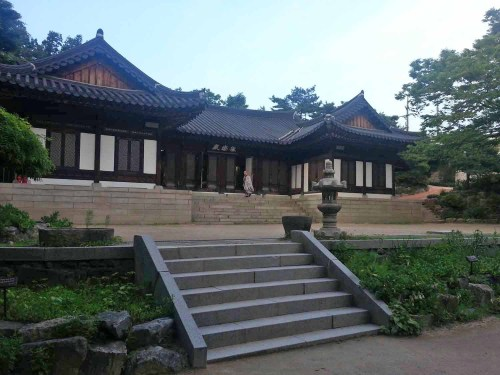 Hurrying to evening prayer in the Geukrakjeon