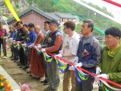The ribbon-cutting. The monk in the centre is the Abbot of Beopgyesa
