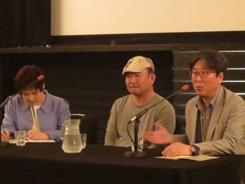 Director Kim Dong-won (centre) with Dr Kim Minkyu (right)