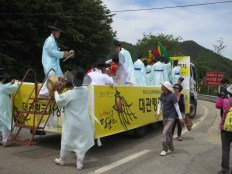 The spirit tree is loaded onto a truck for the final stage of the journey