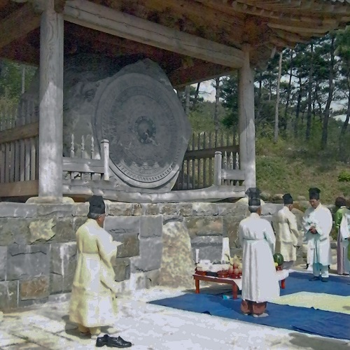 The mayThe sanshinje in front of the Stone Mirroror offers the liquor to the sanshin
