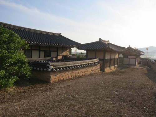 The back of Yun Du-seo's house