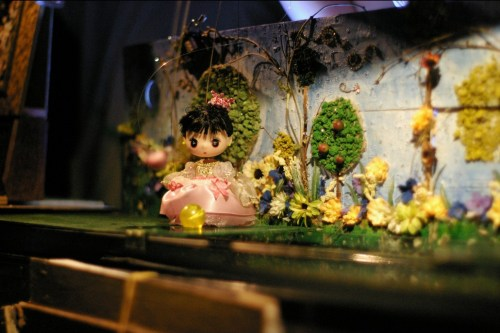 The princess in front of the exquisite puppet scenery