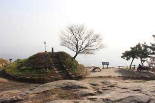 The beacon on the top of Baekhwasan, with what should be a view over the West Sea